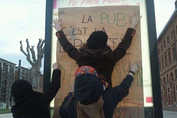 """Des """"antipub"""" ont placardé des affiches sur les sucettes JC Decaux en soutien à Tanguy"""