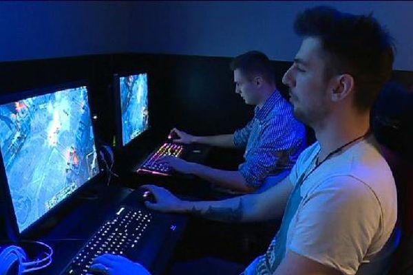Des tournois d'e-jeux sont organisés dans des salles, dans des stades et à la télévision...Mais pour se développer, il manque à cette discipline un cadre légal comme il en existe dans d'autres pays