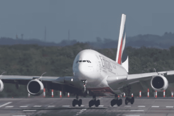 Un Airbus A380 d'Emirates a été secoué ce jeudi 5 octobre par la tempête Xavier à l'approche de l'aéroport de Düsseldorf en Allemagne.