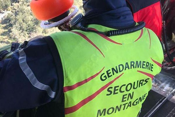 Les secours en montagne sont intervenus pour venir en aide à un individu essayant de rejoindre la frontière espagnole, il a été hélitreuillé - avril 2020