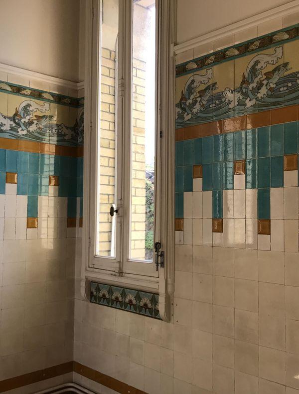 L'une des salles de bain à l'étage