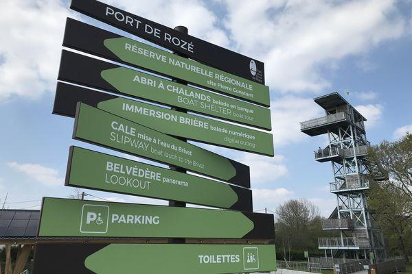 Le poteau suffit à peine pour présenter l'offre proposée sur le site du port de Rozé, immersion en Brière garantie.