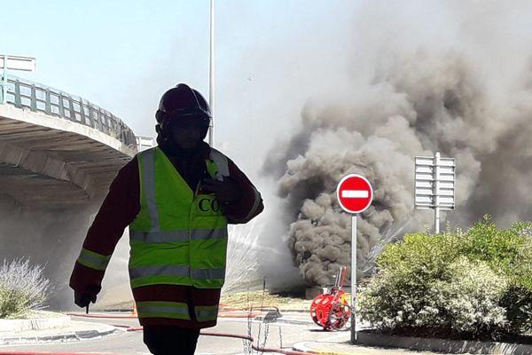 Les marins-pompiers sont sur place pour tenter d'éteindre l'incendie.