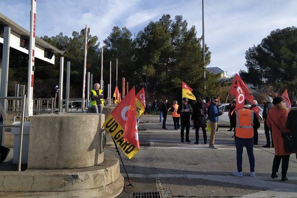 """Nîmes - Les grévistes ont procédé à une opération """"péage gratuit"""" ce samedi matin au péage de Nîmes Ouest - 04.01.20"""