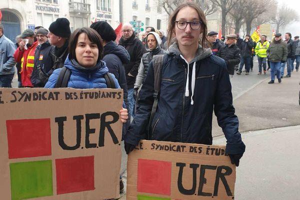 Yasmine, étudiante à Reims âgée de 18 ans réclame aussi plus de moyens à l'université. En plus de manifester contre la réforme des retraites.