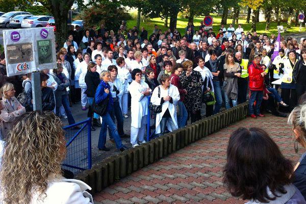 Manifestation des personnels hospitaliers de Laval mobilisés contre la suppression de 32 postes CDD.