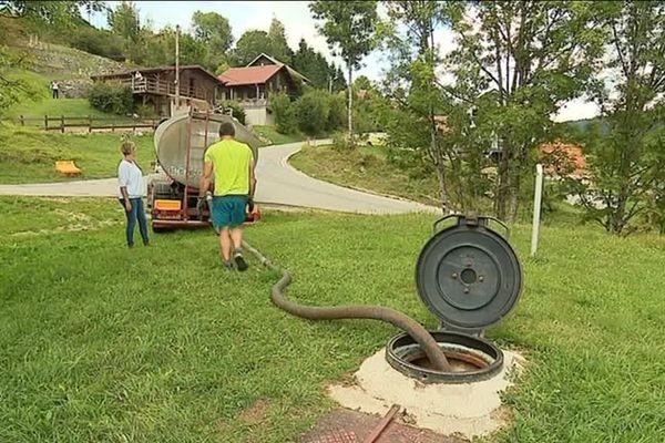 Une livraison d'eau potable aux Alliés une commune du Doubs.