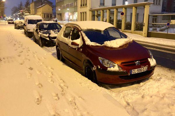 Une couche de neige recouvre la ville de Mâcon en Saône-et-Loire