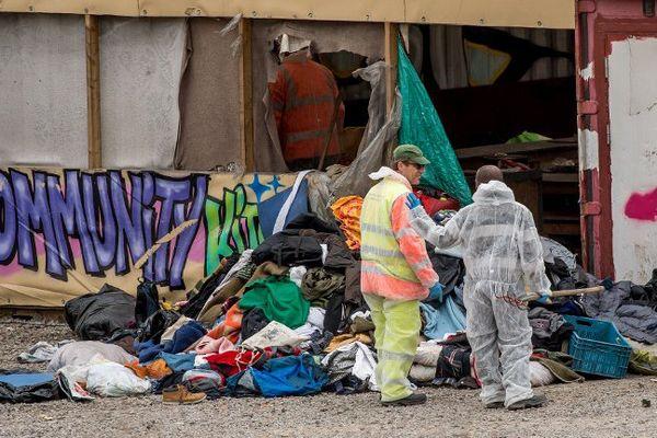 Le nettoyage des restes du camp de Grande-Synthe.