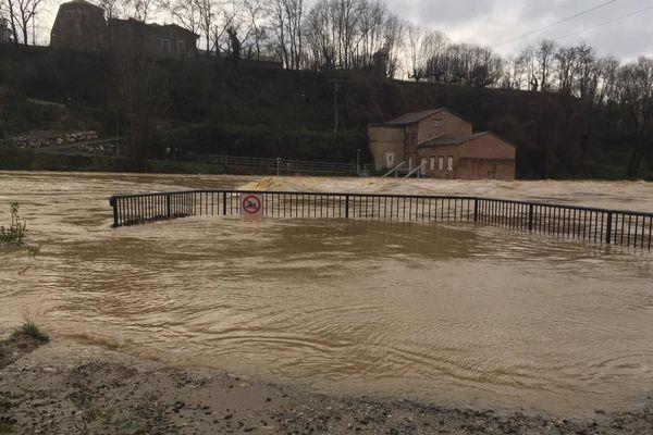 A Mazères, en Ariège, l'Hers a beaucoup gonflé avec un très fort courant. Il reste sous surveillance tout ce jeudi.