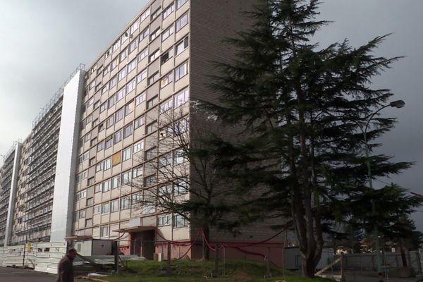 Une barre d'immeuble, comme on en construisait dans les années 60