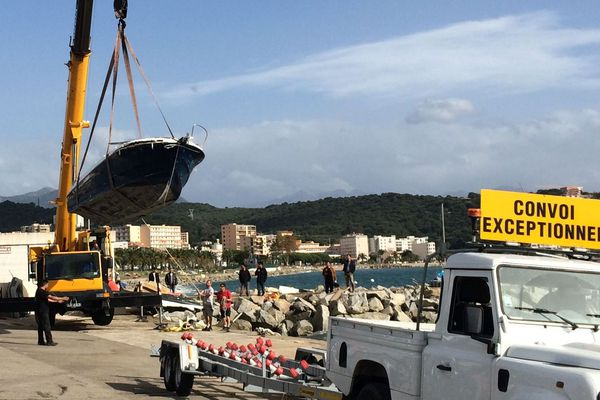 31/10/2018 - L'évacuation des épaves de bateaux échoués après la tempête Adrian a commencé à Ajaccio (Corse du Sud)