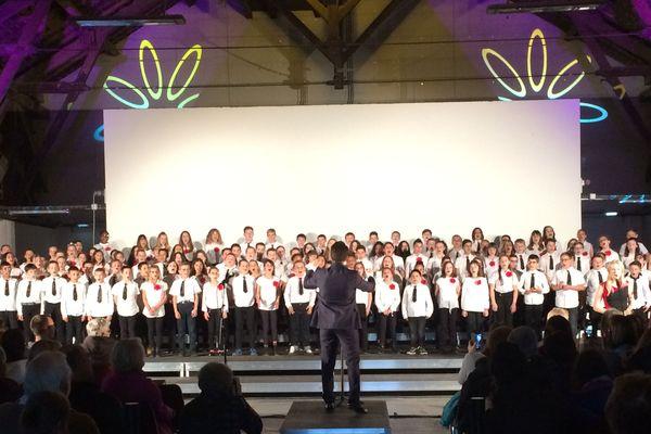 Apollo5 et choeur d'enfant, un concert lundi 20 mai à Uzerche en préambule du festival de la Vézère. Sur scène 130 enfants qui ont bénéficié d'un programme pédagogique innovant d'initiation à la musique.