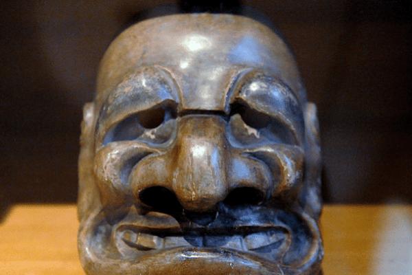 """Masque japonais du 18e siècle représentant le démon """"Obeshimi"""" présenté lors de l'exposition au musée du Quai Branly"""