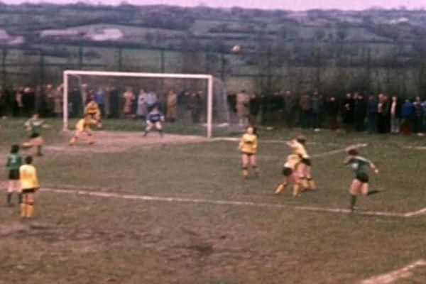 """Le stade d'Etroeungt en 1979, """"champ de patates"""" avec en fond le bocage avesnois"""