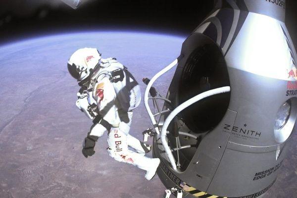 Le 14 Octobre 2012, Baumgartner a volé 39 km dans la stratosphère dans un ballon d'hélium, avant la chute libre vers la Terre, atteignant la vitesse de 1357 kilomètres par heure et de devenir le premier homme à franchir le mur du son sans aucune forme de puissance du moteur.