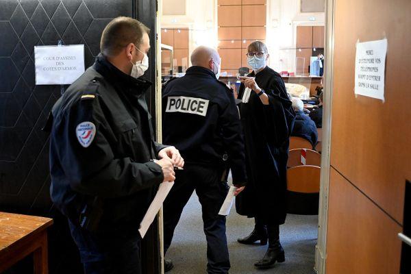 Le procès de Simon Jégou, soupçonné d'avoir tué sa compagne en avril 2017, se poursuit à Saint-Brieuc devant la cour d'assises des Côtes-d'Armor jusqu'au vendredi 26 mars. L'accusé continue de nier.
