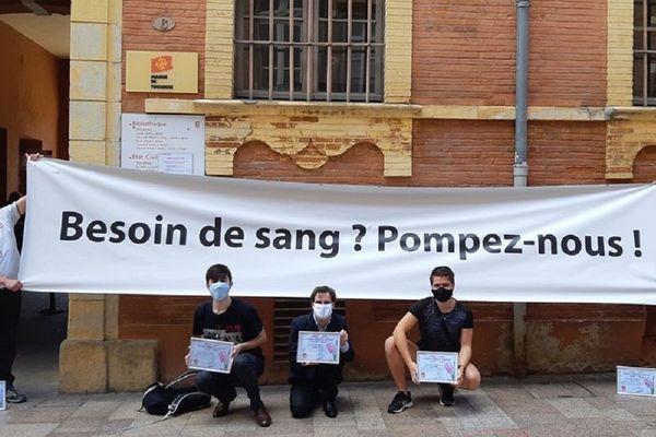 Le collectif Homodonneur, basé à Toulouse, mène des actions pour contester la loi française qui exige encore 4 mois d'abstinence totale pour autoriser une personne homosexuelle à donner son sang.