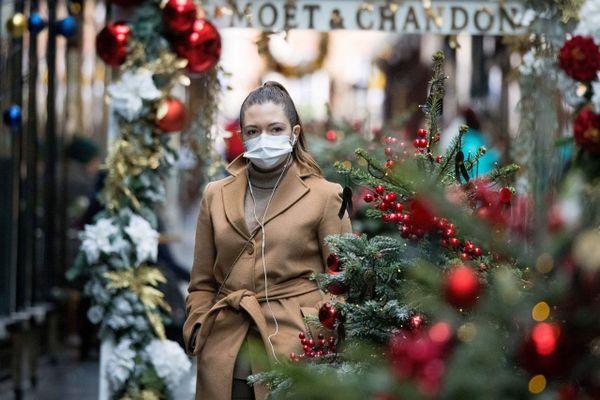 Les fêtes de Noël sont perturbées par l'épidémie de coronavirus en France et dans le monde comme ici à Londres, le 23 novembre 2020.