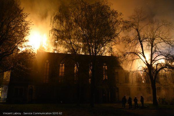 L'incendie s'est propagé à une chapelle située juste derrière l'ancienne école d'infirmières.