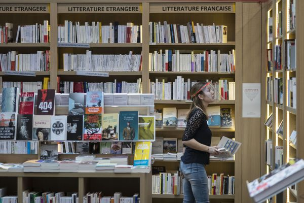 Contrairement à la France, la Belgique autorise les librairies à rester ouvertes pendant le confinement.