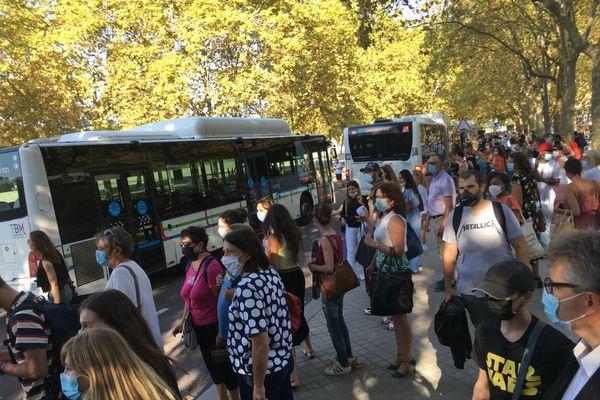 Les voyageurs se ruent dans les bus, faute de tramways