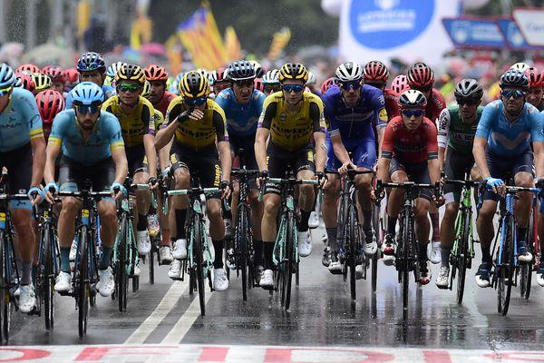 Le peloton passe la ligne d'arrivée de la 8e étape de la Vuelta, le 31 août 2019 à Igualada, deux jours avant l'arrivée des coureurs à Pau.