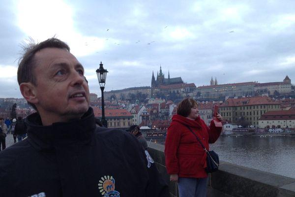 Le coach Valery Demory avec les basketteuses de Lattes-Montpellier à Prague décembre 2014.