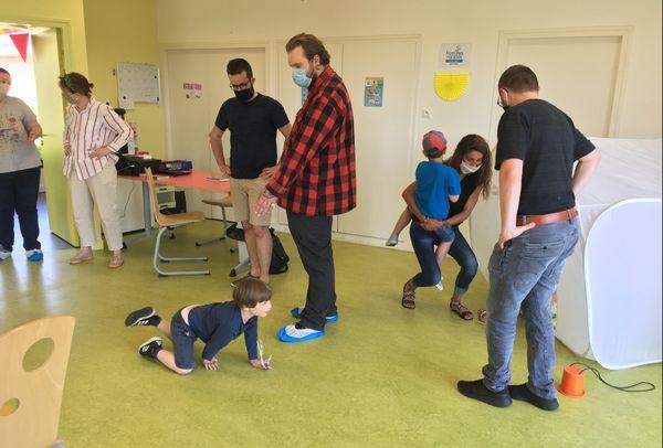 Le centre de loisirs fait le lien entre les parents et l'aide spécialisée proposée, tout en permettant la socialisation des enfants sous handicap