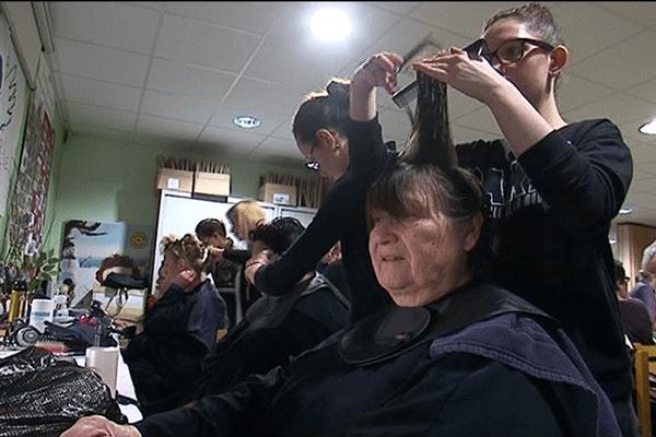Des soins de beauté dispensés aux bénéficiaires du Secours Populaire au lycée Funay au Mans