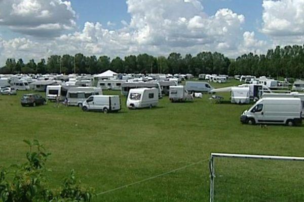 250 caravanes se sont installées sur le terrain de football américain de la prairie Saint-Nicolas à Chalon-sur-Saône