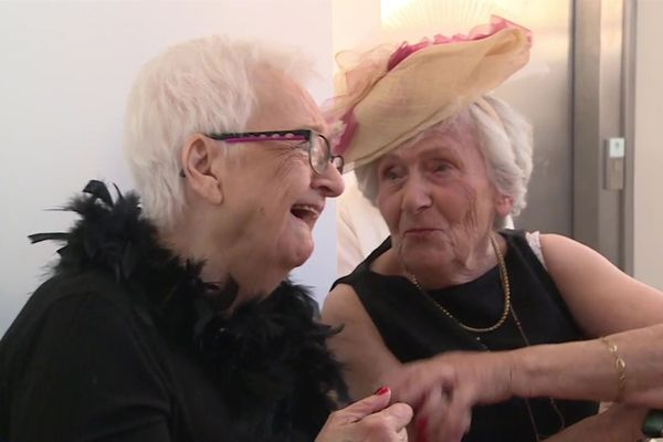 Mauricette et Anne-Marie dans les coulisses du défilé