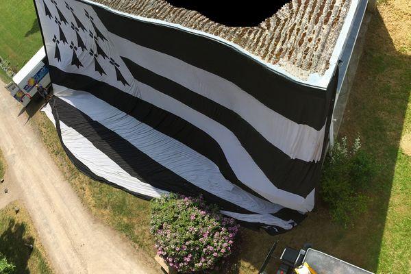 Le plus grand drapeau breton mesure 45,75 mètres de long sur 30,5 mètres de large.