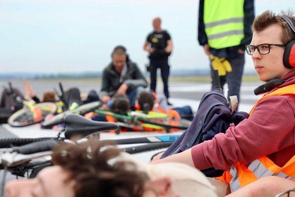 Les militants d'Extinction Rebellion sont enchaînés deux par deux sur la piste principale de l'aéroport d'Orly.