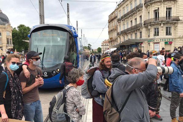 Des manifestants sur les voies du tramway samedi 16 mai à Montpellier.