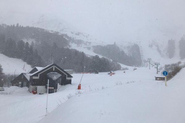 Samedi 12 décembre, l'arrêté interdisant toutes les activités sportives au Mont-Dore a été levé mais le danger est encore présent dans une station fermée sans déclenchement d'avalanches et sans pisteurs, estiment les professionnels du secteur.