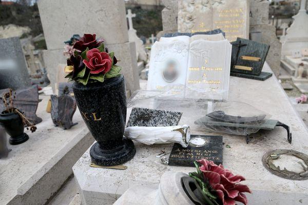 Des statuettes sur une tombe, fréquemment volées sur les tombes du cimetière de la Vallongue à Bandol ces dernières semaines.