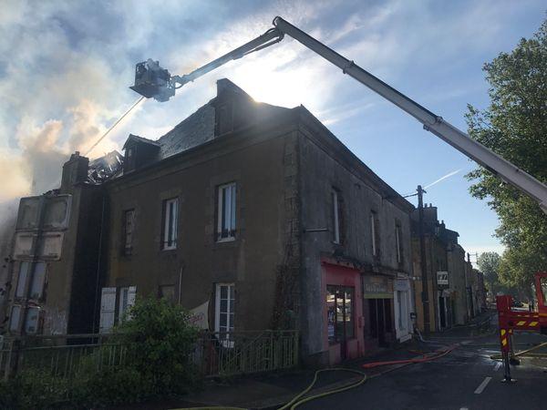 Il aura fallu près de quatre heures aux pompiers pour éteindre totalement l'incendie