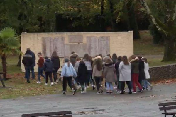 Une grande plaque commémorative a été installée dans le parc du lycée en mémoire des dizaines d'anciens élèves mort pour la liberté des générations futures
