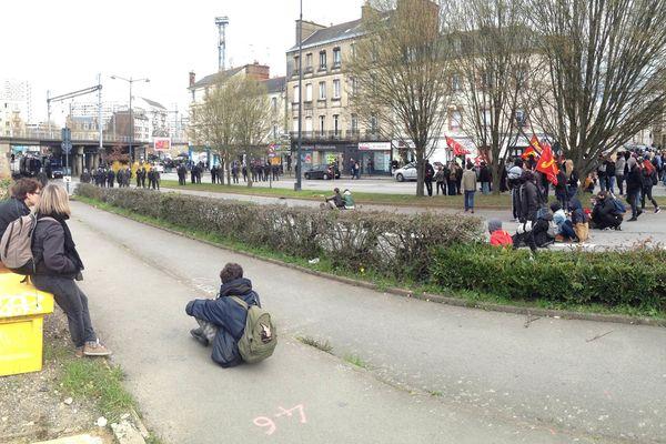 Face à face entre les manifestants et les forces de l'ordre, pont de Nantes, à Rennes.