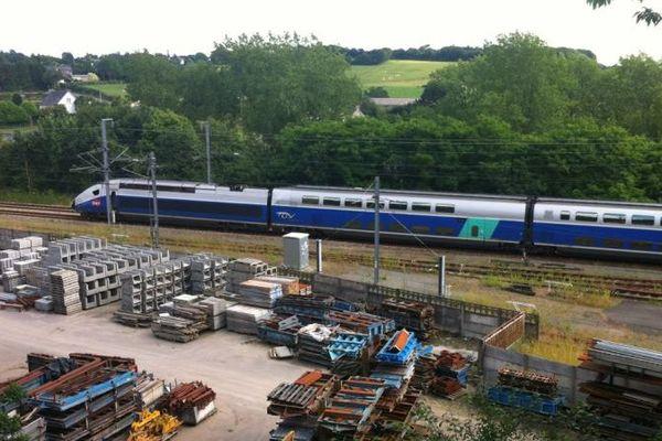 Le TGV à l'arrêt après avoir percuté une voiture au passage à niveau de la gare de Landivisiau (29)
