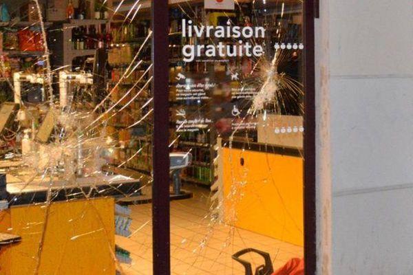 La vitrine d'un magasin brisée, dans l'est de Paris, le 14 avril 2016.