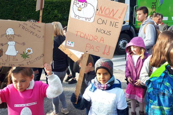 Des dessins et des slogans pour sauver leur classe menacée de fermeture.