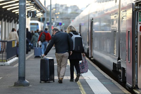 Image d'illustration : des voyageurs en provenance de Paris arrivent dans une gare bretonne le 2 avril 2021.