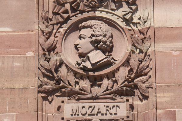 Le médaillon de Mozart, sur la façade de l'Aubette, place Kléber.