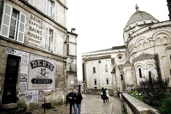 """Des passants se retrouvent immergés en plein décor de cinéma dans les rues d'Angoulême, en février 2019, lors du tournage de """"The French Dispatch""""."""