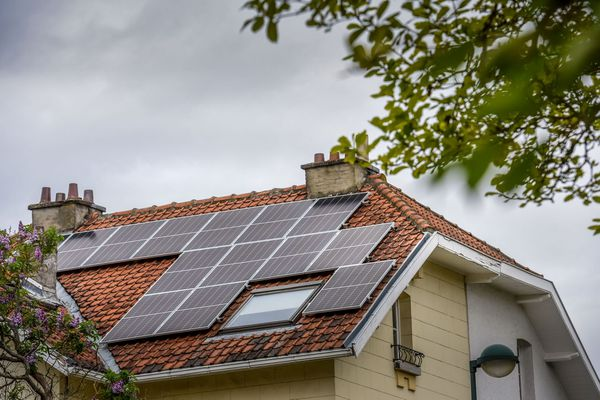 Des panneaux photovoltaïques sur le toit d'une maison - photo d'illustration