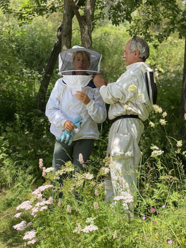 Initiation à l'apiculture pour Nathalie avec François et Patricia Guerinot