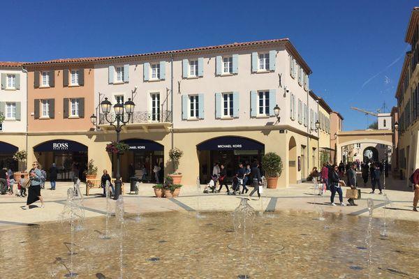 A Miramas, le village de marques tente de se fondre dans le décor en prenant des airs provençaux.