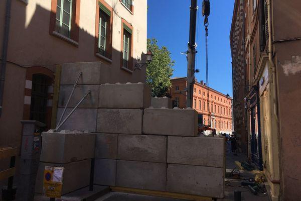 Le périmètre de sécurité a été installé entre la rue de la Fonderie et la place du Salin. Les travaux sont en cours pour consolider l'immeuble en partie effondré.